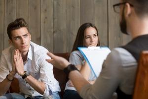 Verzichten Sie besser nicht auf die anwaltliche Beratung, wenn ein Ehevertrag aufgesetzt werden soll.