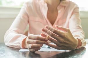 In einem Ehevertrag kann der Versorgungsausgleich auch ausgeschlossen werden.