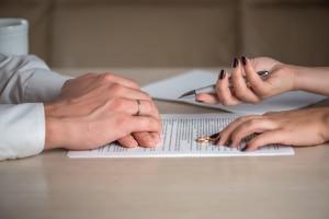 Kosten für den Ehevertrag: Ob modifizierte Zugewinngemeinschaft oder Gütertrennung, beim Anwalt spielen die Inhalte eine Rolle für die Gebühren.