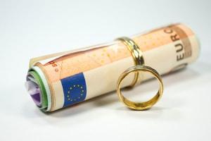 Wie hoch beispielsweise die Kosten für den Ehevertrag bei vereinbarter Gütertrennung sind, richtet sich nach dem Reinvermögen der Betroffenen.