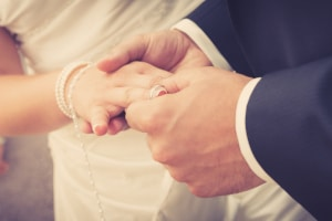 Lässt sich der Nachname ändern? Was beim Kind, für Ehegatten und Geschiedene gilt, erfahren Sie im Ratgeber.